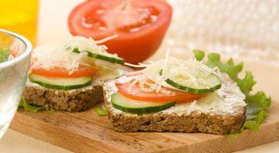 Бутерброди з помідорами і огірками
