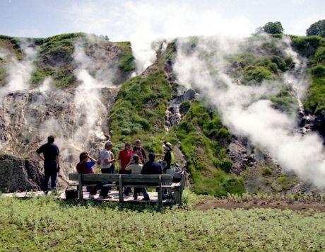 Туристи в долині гейзерів