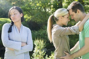 Чоловік подруги їй зраджує, говорити чи ні?