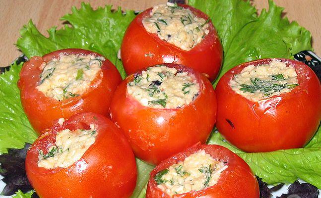 Помідори, фаршировані м`ясним салатом - Закуски з помідорів